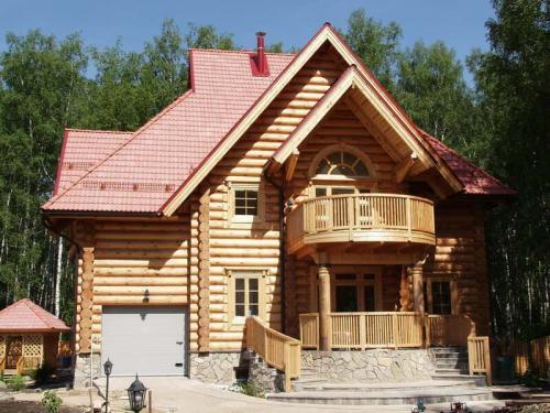 Предварительно древесина деревянного дома грунтовалась - пропитывалась...